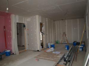 """Kuchyně stále ještě bez podlahy - vlevo vstupní """"dveře"""" z haly, druhé budou od spížky pod schody."""