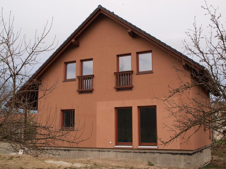 Stavba - 2. a 3. týden - Světlejší plocha kolem francouzských oken je nachystána pro obkladové cihličky.