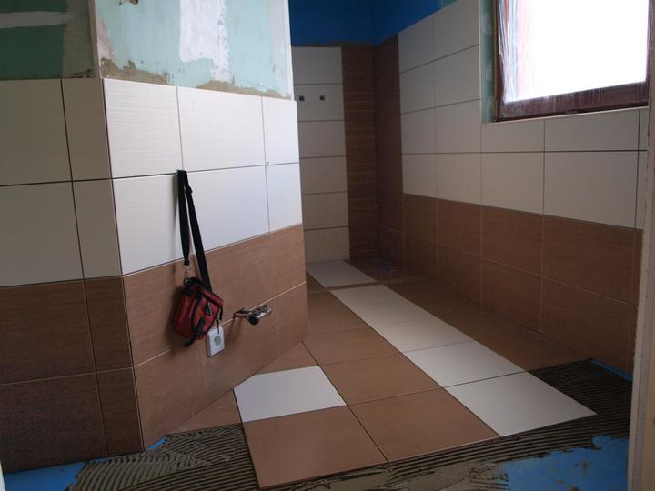 Stavba - 2. a 3. týden - Koupelna už se rýsuje....jen krémová dlažba se nakonec musela vyměnit.