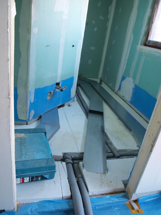 Stavba - 2. a 3. týden - Rozvody v podlaze spodní koupelny. Koupelna má tvar L - ve výklenku na levé straně bude závěsné wc, napravo v rohu umyvadlo a vzadu sprchový kout.