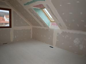 Střešní okno vykouzlilo z původně tmavého pokoje krásnou místnost.