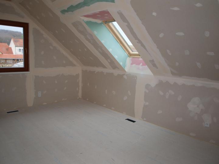 Stavba - 2. a 3. týden - Střešní okno vykouzlilo z původně tmavého pokoje krásnou místnost.