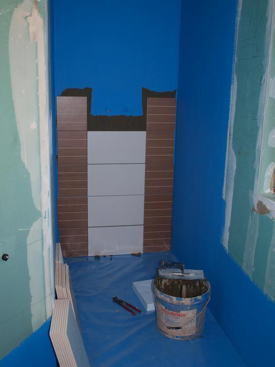 Stavba - 2. a 3. týden - Začíná se obkládat spodní koupelna.