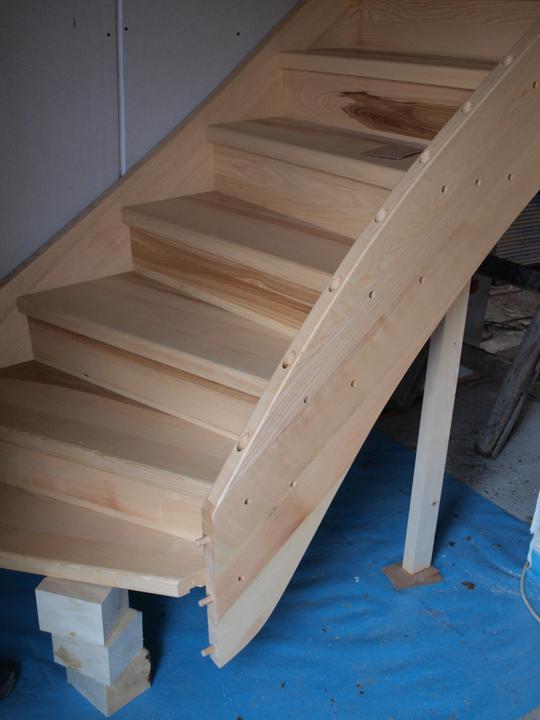Stavba - 2. a 3. týden - Jedno foto z montáže schodů - masiv jasan nebělený - jsou nádherné, jen by to chtělo lepší fotku:)