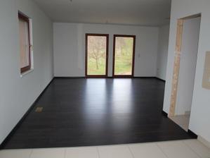 Budoucí obyvák - ještě bez kuchyně, ale za to s pošudlenou podlahou;)