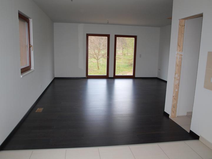 Stavba - 2. a 3. týden - Budoucí obyvák - ještě bez kuchyně, ale za to s pošudlenou podlahou;)