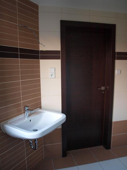 Stavba - 2. a 3. týden - Už máme v koupelně i dveře.