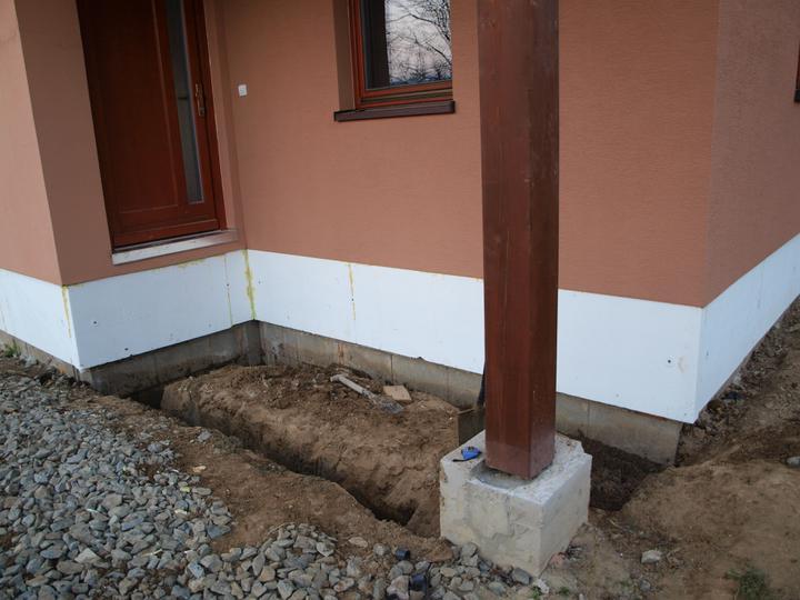 Stavba - 2. a 3. týden - Práce pokračují i venku. Po zateplení základové desky přišly na řadu schody.