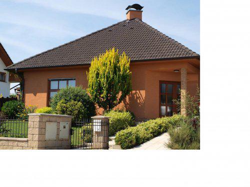 Stavíme s Rýmařovem - Kombinace černá střecha, hnědá okna, hnědá fasáda a obkladové cihličky se mi moc líbí. Bohužel na prudkém slunci jsou ty barvy světlejší než ve skutečnosti.