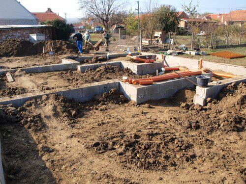 Stavíme s Rýmařovem - Stojím v obyváku, kam už byla navezena a udusána kupa hlíny a další se vozí..