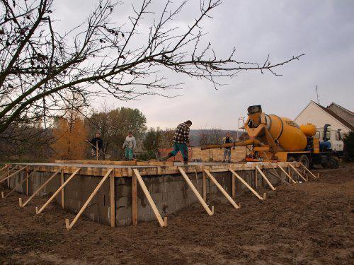 Stavíme s Rýmařovem - Zalévání a zarovnávání desky