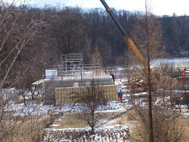 Stavba - 1. týden - Začínají se pokládat stropy... na zem.