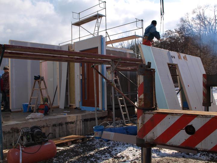 Stavba - 1. týden - I na odložené stěny nakonec došlo - pozor, máme dveře!