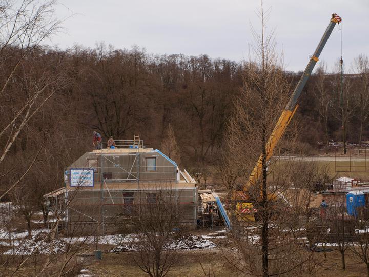 Stavba - 1. týden - Druhý den začali stropem mezi podkrovím a půdou.