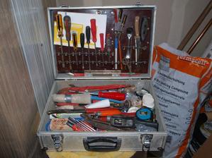 Nutná výbava každého správného montážníka - hlavní je nůž a lžička;)