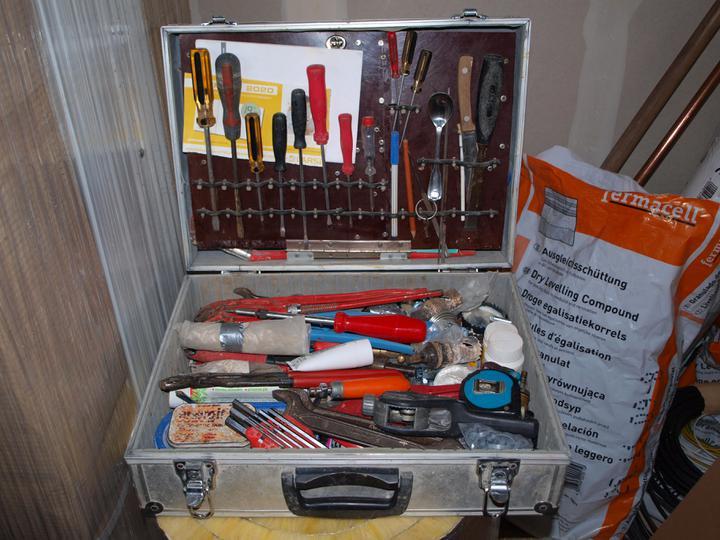 Stavba - 1. týden - Nutná výbava každého správného montážníka - hlavní je nůž a lžička;)