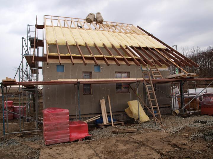 Stavba - 1. týden - A budou pokračovat práce na střeše...