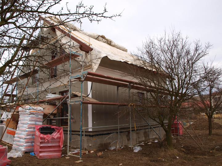Stavba - 1. týden - Každý večer domek zakrývali plachtou, aby do něj nenapršelo. I přes den nebylo ze začátku počasí nic moc...