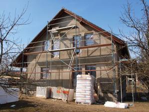 Po prvním víkendu byl domek kompletně pod střechou.