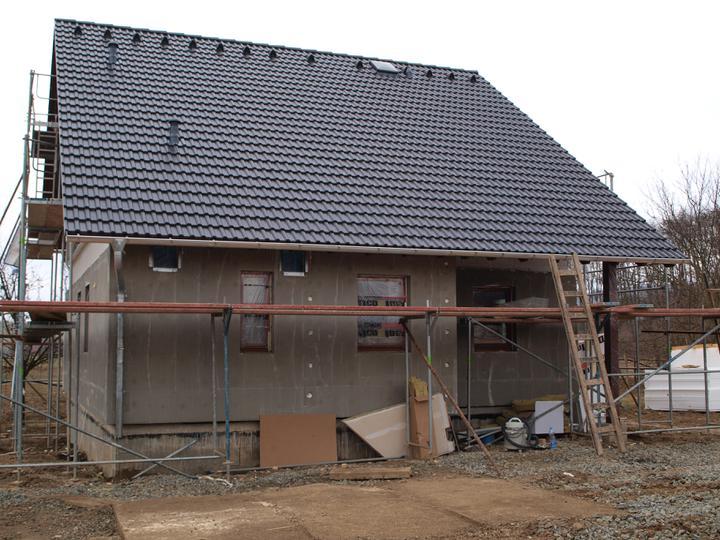 Stavba - 1. týden - Příchozí strana hotová, včetně půdního okýnka a větracích komínků z koupelen, která nám za větru vyhrávají...na nervy....