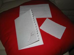 nase oznamenia,pozvanky k stolu a obalky,este pred tlacou-vsetko pergamonovy papier