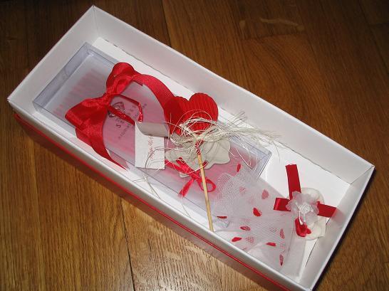 Liska - cely darcek pre hosti-vonne tycinky,k tomu taky porcelanovy kvietok,do ktoreho sa zapichuju a balicek mandli