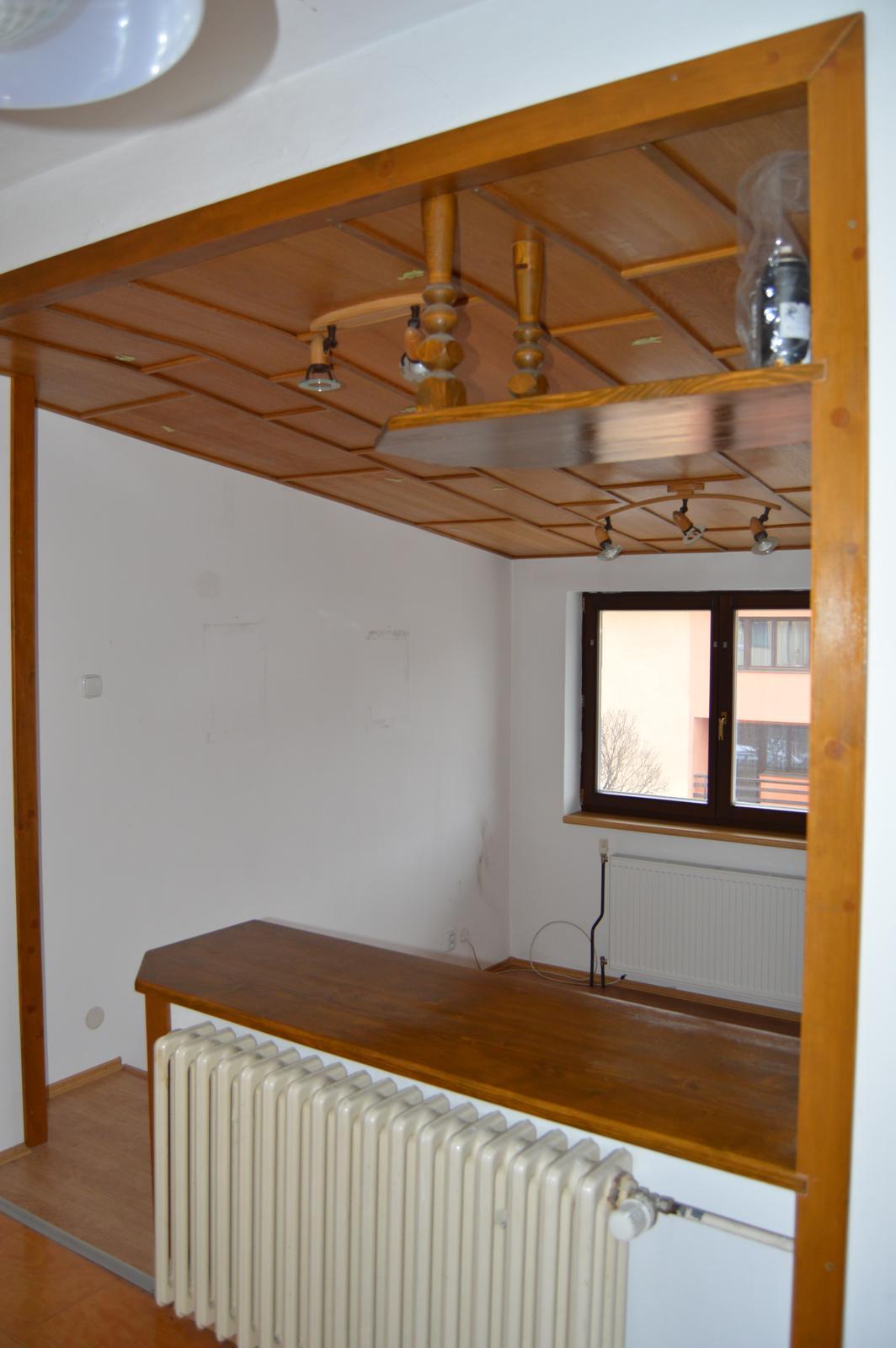 Naša rekonštrukcia - Tak, a dalšia izba pred, atypická L- ková izba, ktorá vznikla prístavbou nad garáž. Múrik sme zrušili schodíky, ktoré viedli až takmer do polovice izby tiež