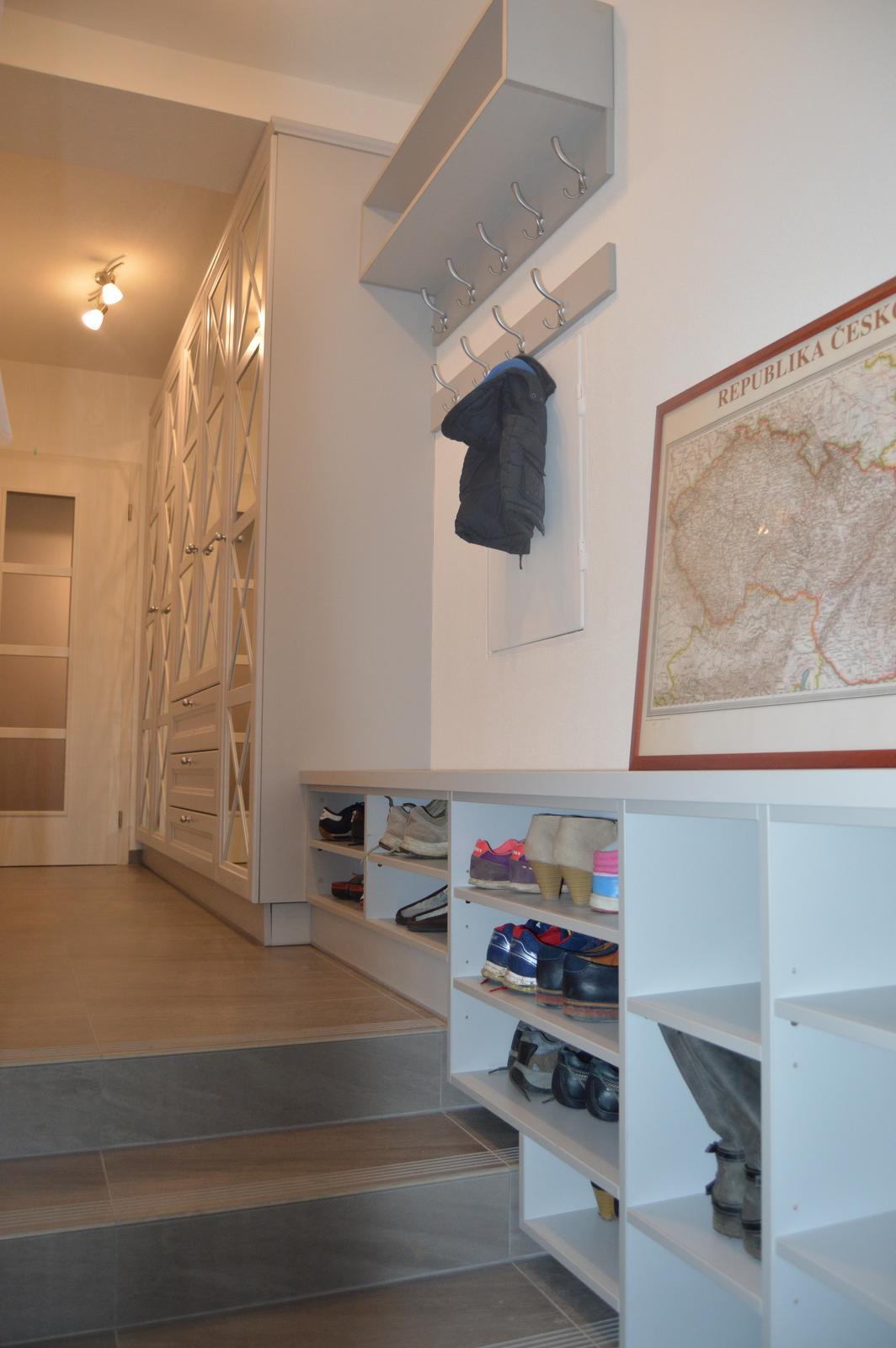 Naša rekonštrukcia - Botník nad schodiskom, na topánky nie je miesta miesta nikdy dosť