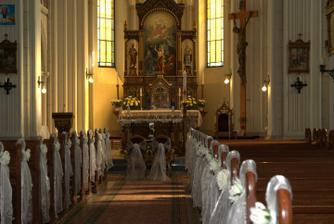 keď sa ma niekoľko dní po svadbe ktosi spýtal, že ako sme mali vyzdobený kostol, zistila som, že som si to v tej eufórii zabudla všimnúť :-D ..... takže - takto krásne ;-)