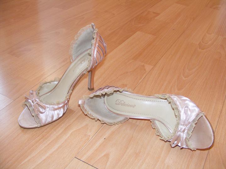 Zopar detailov svadby - moje topanocky :)