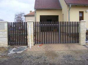 Pokračujeme v dodělávání plotu, další kousek hotový