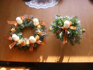 Adventní výzdoba, letos laděná do oranžové a stříbrné