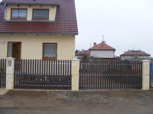 Dnes jsme dokončili plot z přední části domu