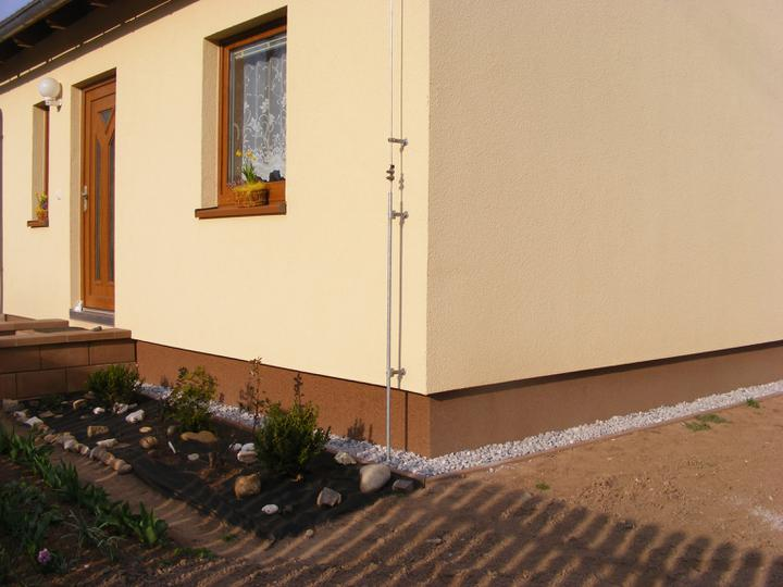 Naše Nova 101 a okolí v roce 2012 - konečně jsme dosypali kaminky kolem domu
