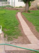 Jen jednoduchá cesta trávníkem k ovladání závlahy, zbývá dosít tráva těsně kolem