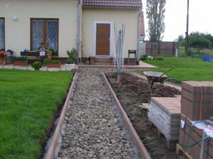 Pohled na chodník z opačné strany od zadního plotu, chodíme totiž k domu i z druhů strany.
