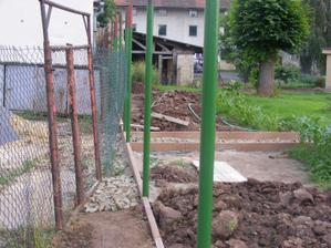 Doděláváme zadní plot, byl hnusný a rozpadal se