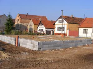 základy jsou zasypané, bude se lít beton