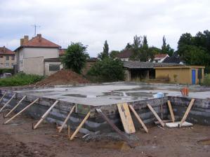 zalitá první vrstva betonu a následně přišel liják - louže jsou vidět