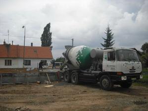 přivezli první várku betonu