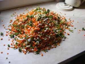 Nakrájená zelenina do  polévky, připravená na zmrazení