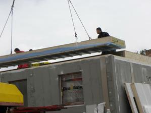 hotové přízemí, pokládají se stropy