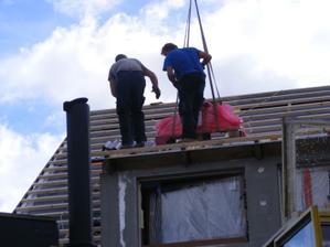 3. den - tašky už se snášejí na střechu
