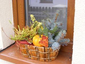 podzimní výzdoba v okně v zádveří
