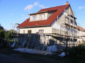 pohled na dům před natažením fasády - vyspraveny všechny spoje a doplněn polystyren v místě stropních panelů