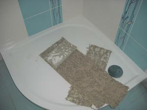 sprchová vanička v dolní koupelně -  litý mramor