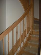 pohled na schodiště a zábradlí z obýváku
