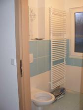 žebřík v dolní koupelně a WC
