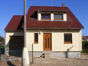 pohled na dům z ulice, už je sundané i lešení