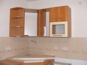 montuje se kuchyň, část horních skříněk
